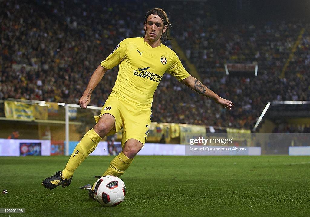 Gonzalo of Villarreal controls the ball during the La Liga match between Villarreal and Atletico de Madrid at El Madrigal on October 24, 2010 in Villarreal, Spain. Villarreal won 2-0.
