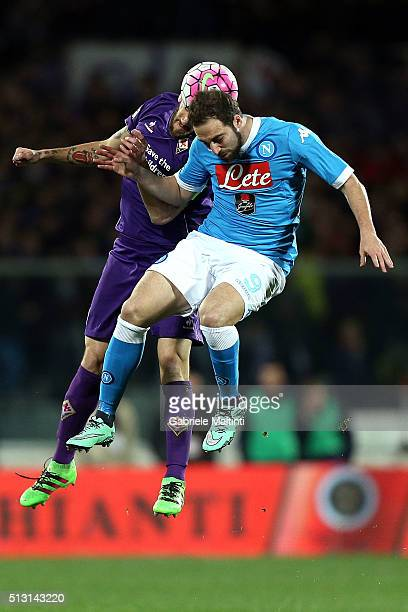 Gonzalo Rodriguez of ACF Fiorentina battles for the ball with Gonzalo Higuain of SSC Napoli during the Serie A match between ACF Fiorentina and SSC...