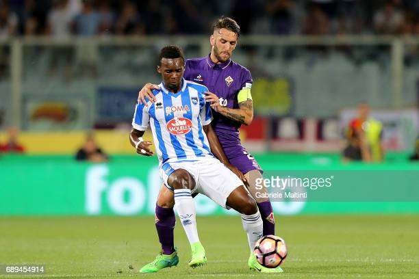 Gonzalo Rodriguez of ACF Fiorentina battles for the ball with Jean Crsistophe Bahebeck of Pescara Calcio during the Serie A match between ACF...
