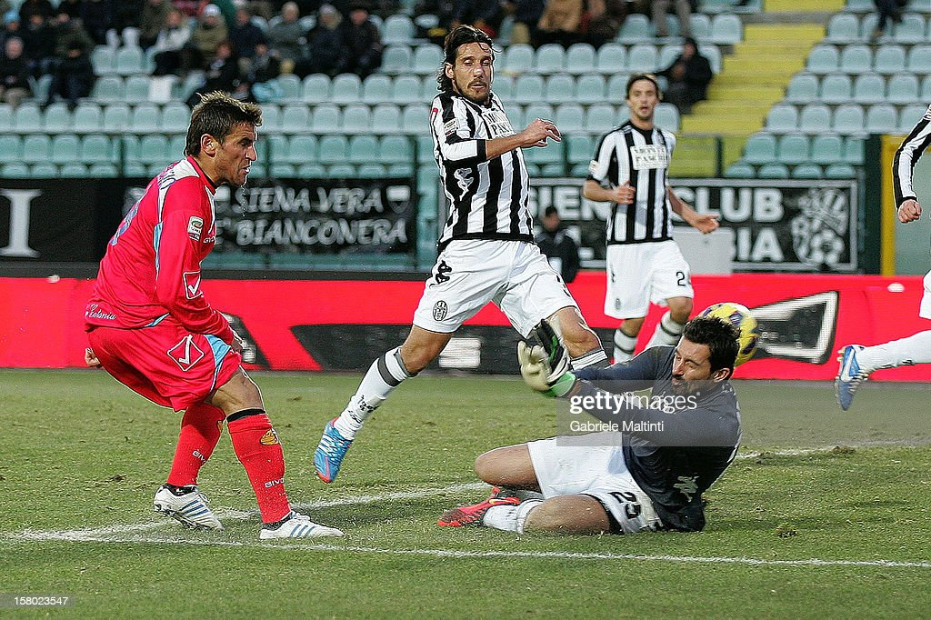 Gonzalo Ruben Bergessio (L) of Calcio Catania scores a goal during the Serie A match between AC Siena and Calcio Catania at Stadio Artemio Franchi on December 9, 2012 in Siena, Italy.