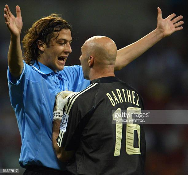 Gonzalo Sorondo of Uruguay argues with Fabien Barthez of France 06 June 2002 at the Busan Asiad Main Stadium in Busan during the first round Group A...
