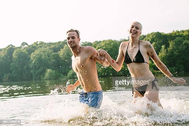 Gute Freunde Laufen in den See
