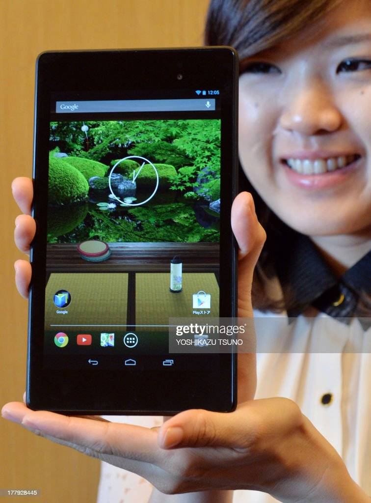 A Google Japan employee displays the new 'Nexus 7' tablet produced by Taiwan's computer maker Asus in Tokyo on August 26, 2013. The Nexus 7 will go on sale in Japan on August 28. AFP PHOTO / Yoshikazu TSUNO