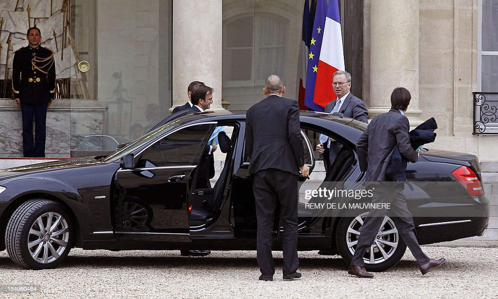 Google's executive chairman Eric Schmidt (2ndR) arrives at the Elysee Palace for a meeting with French President on October 29, 2012 in Paris. Schmidt meets President amid a revenue row with French, German and Italian media firms who want the Internet giant to pay for content. AFP PHOTO POOL REMY DE LA MAUVINIERE