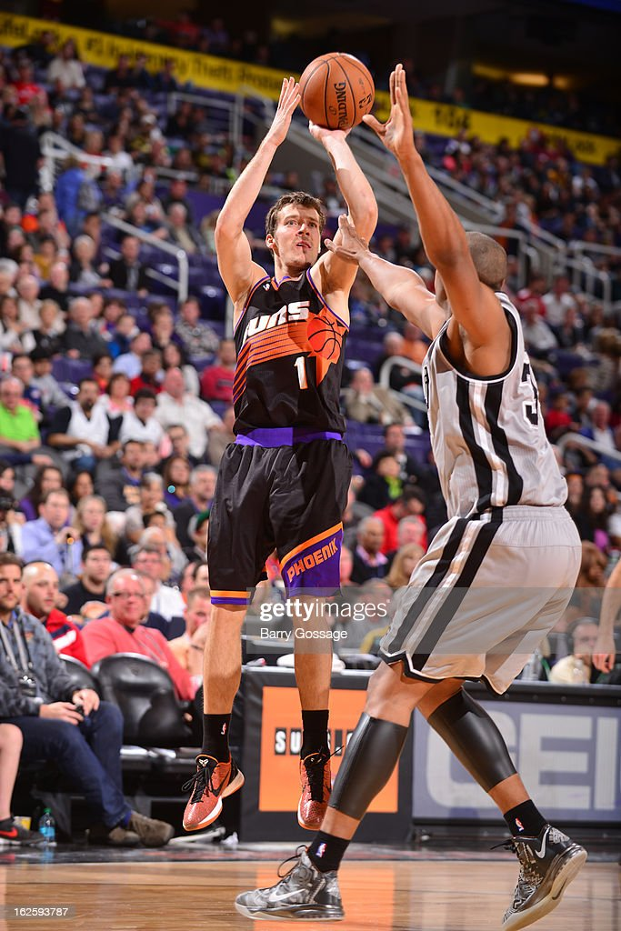 <a gi-track='captionPersonalityLinkClicked' href=/galleries/search?phrase=Goran+Dragic&family=editorial&specificpeople=4452965 ng-click='$event.stopPropagation()'>Goran Dragic</a> #1 of the Phoenix Suns shoots against <a gi-track='captionPersonalityLinkClicked' href=/galleries/search?phrase=Boris+Diaw&family=editorial&specificpeople=201505 ng-click='$event.stopPropagation()'>Boris Diaw</a> #33 of the San Antonio Spurs on February 24, 2013 at U.S. Airways Center in Phoenix, Arizona.