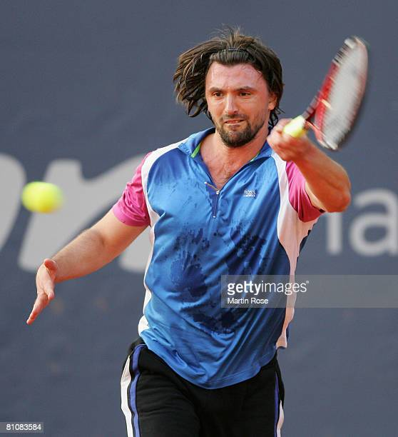 Goran Ivanisevic of Croatia plays to Anders Jarryd of Sweden during the BlackRock Tour of Champions at Hamburg Rothenbaum Tennis Centre on May 14...