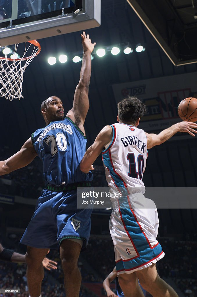 Gordan Giricek #10 of the Memphis Grizzlies makes the pass as Gary Trent #20 of the Minnesota Timberwolves defends during the NBA game against at The Pyramid on November 15, 2002 in Memphis, Tennessee. The Timberwolves won 99-95.