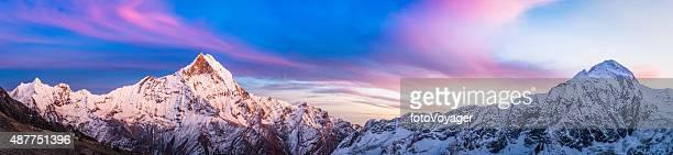 Wunderschöne Alpenglühen Sonnenuntergang, schneebedeckte Gipfel ragen hier in den Himmel panorama Annapurna-Refugium, das Himalajagebirge Nepals