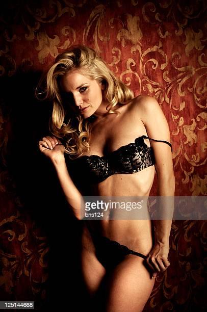 Superbe modèle Blonde en Lingerie noire