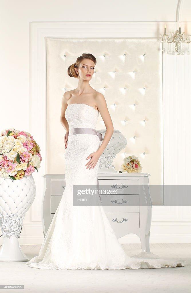 Hermosa novia en una sala blanca : Foto de stock