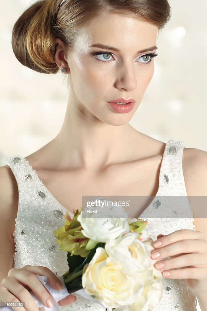 Gorgeous bride in a white room, posing : Bildbanksbilder