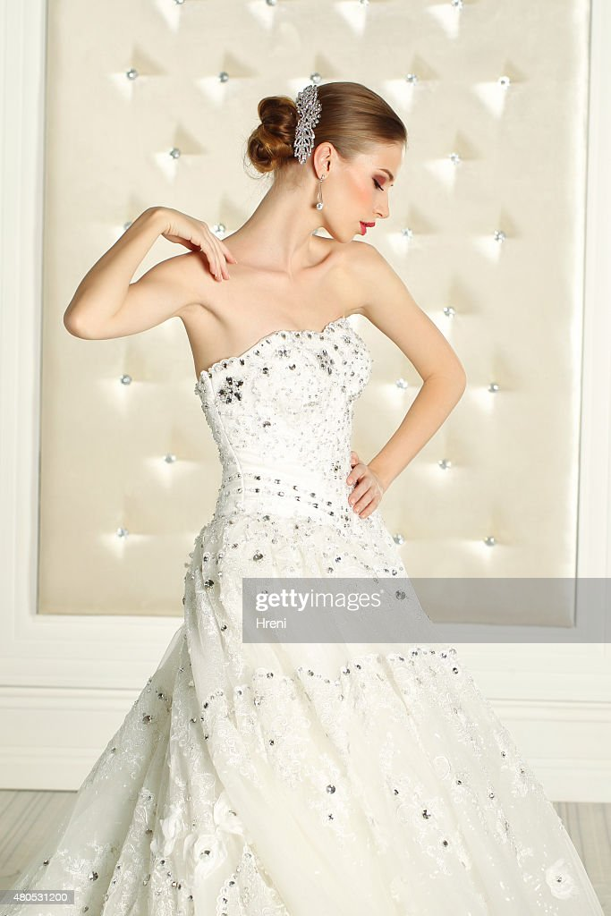 Gorgeous bride in a white room, posing : Stockfoto