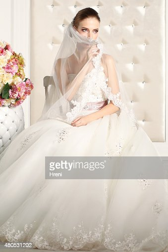 Magnifique Mariée dans une chambre blanche, posant : Photo