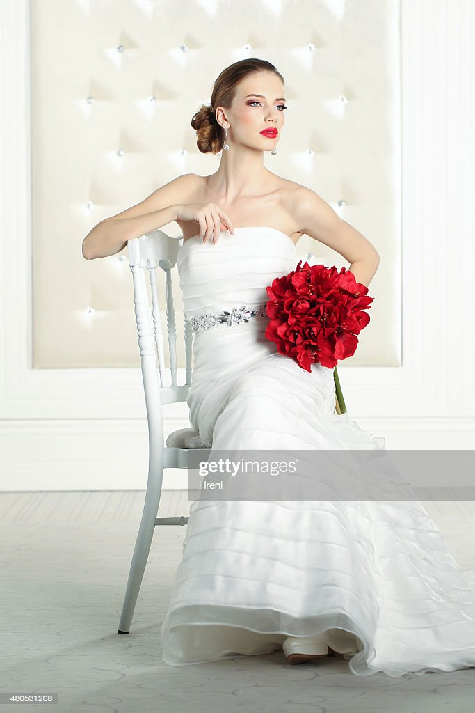 Schöne Braut in einem weißen Raum, Posieren : Stock-Foto