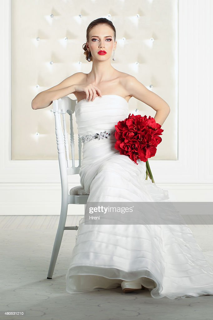 Gorgeous bride in a white room, posing : Stockfoto