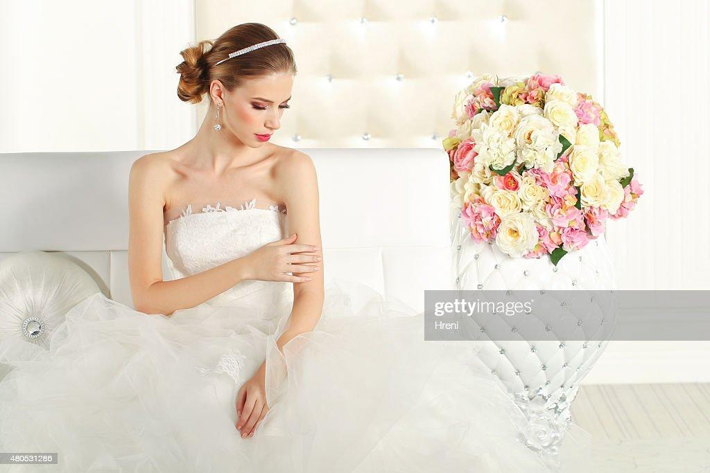 Wunderschöne Braut auf Couch : Stock-Foto