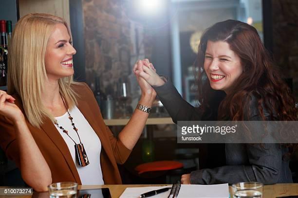 Superbe femme d'affaires indépendants avec Assistant célébrer