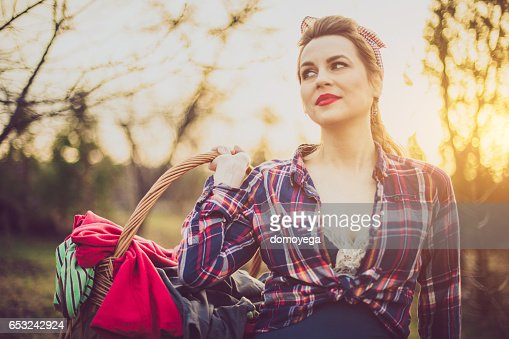 Gorgeous vintage style girl carrying a laundry basket : Stock-Foto