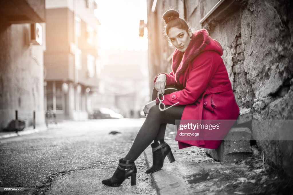 Gorgeous woman in a red coat : Stockfoto