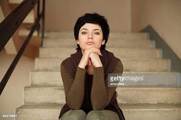 Schöne Frau sitzt auf Treppen