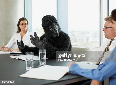 Gorilla und Geschäftsleute, die Tagung im Konferenzraum : Stock-Foto