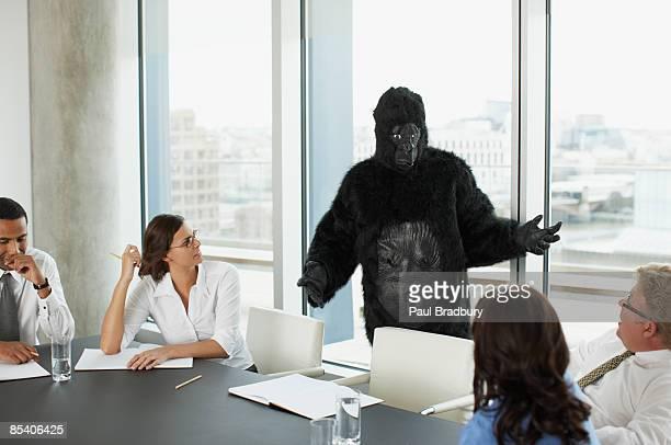 ゴリラ、ビジネスマンのミーティングルームのあるコンファレンス