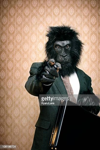 Gorilla In un tailleur formale con cartella