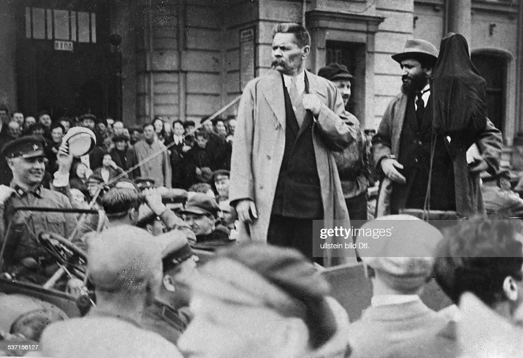 Gorki, Maxim (*28.03.1868-+) , (Eigentlich Alexei Maximowitsch Peschkow), Schriftsteller, UdSSR, - bei seiner Ankunft in Moskau, - 1928