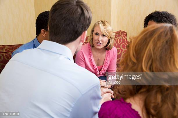 Bavardage: Femme partage des informations avec ses amis