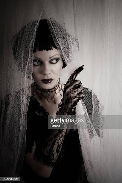 Gothic Girl mit schwarzen Spitzen-Handschuhe