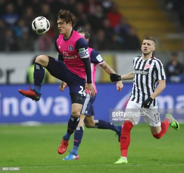 Gotoku Sakai of Hamburg controles the ball during the Bundesliga match between Eintracht Frankfurt and Hamburger SV at CommerzbankArena on March 18...