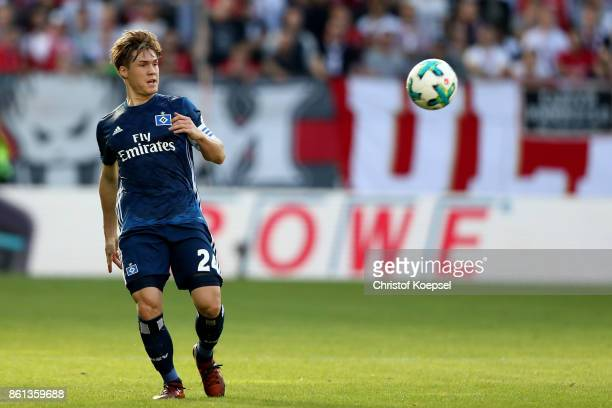 Gotoku Sakai of Hamburger SV runs with the ball during the Bundesliga match between 1 FSV Mainz 05 and Hamburger SV at Opel Arena on October 14 2017...