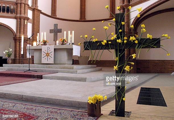 Gottesdienst zum Ostersonntag in der Gethsemanekirche Altar im Vordergrund ein Osterkreuz