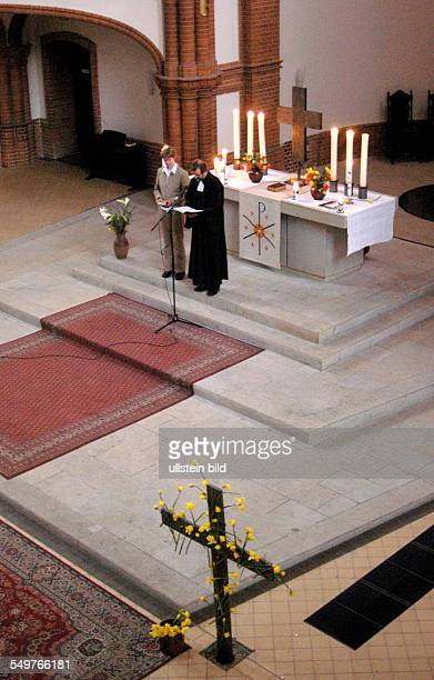 Gottesdienst zum Ostersonntag in der Gethsemanekirche Gemeindeglied Betina Markmeier und Pfarrer Christian Zeiske im Vordergrund ein Osterkreuz