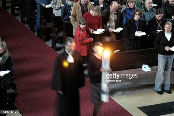 Gottesdienst zum Ostersonntag in der Gethsemanekirche Hineintragen des Lichts k links Pfarrer Christian Zeiske
