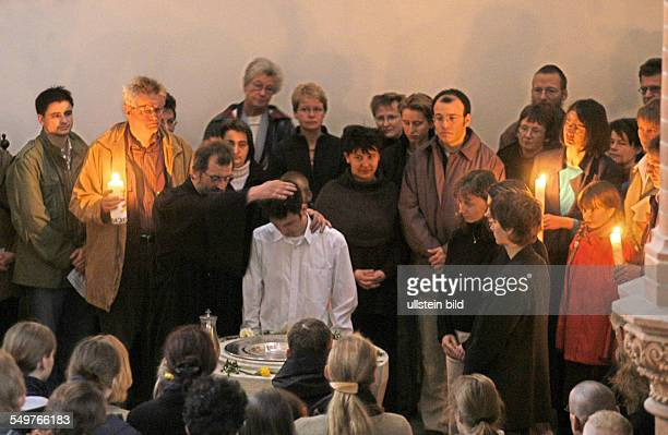 Gottesdienst zum Ostersonntag in der Gethsemanekirche Taufe eines erwachsenen Gemeindegliedes links Pfarrer Christian Zeiske