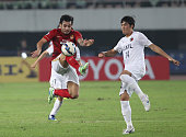 Goulart Pereira of Guangzhou evergrande competes the ball with Hwang Seokho of Kashima Antlers during the AFC Asian Champions League Group H match...