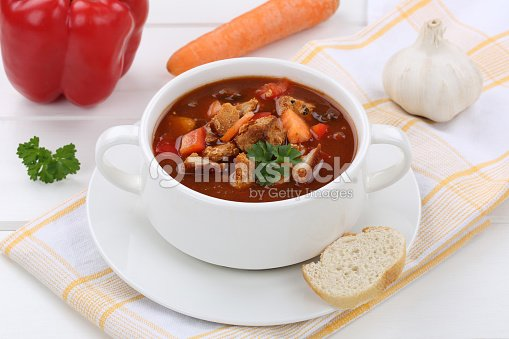 goulache soupe de viande de paprika dans un bol et baguettes photo thinkstock. Black Bedroom Furniture Sets. Home Design Ideas