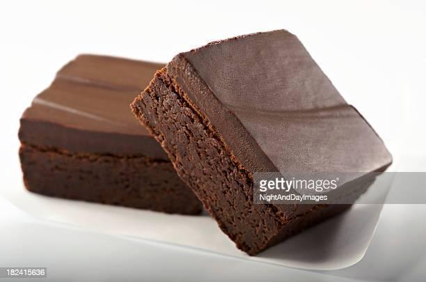 Gourmet-Schokoladen-Brownies auf Weiß