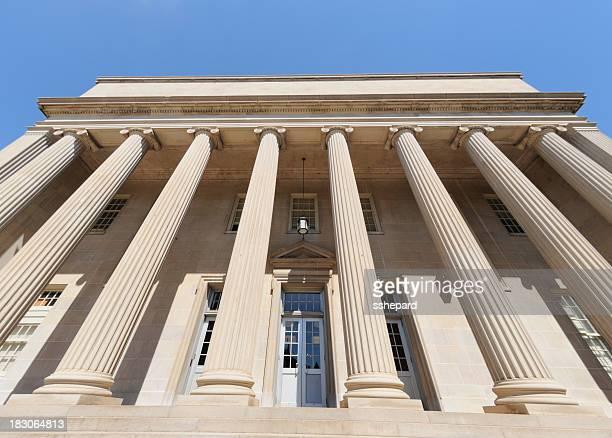 Du gouvernement ou des bâtiments publics