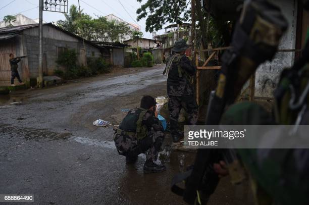 Government troops take their position from sniper fire from Muslim militants near a hospital in Marawi in southern island of Mindanao on May 27 2017...