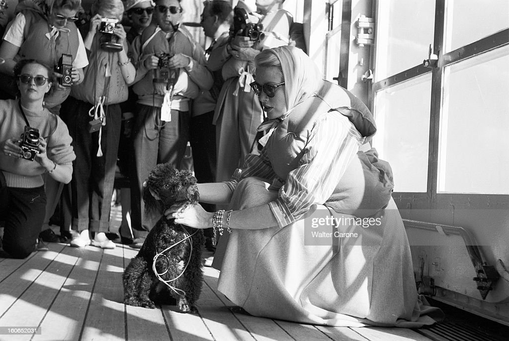 grace-kelly-on-the-road-to-monaco-navire-uss-constitutionvers-monaco-picture-id160652031