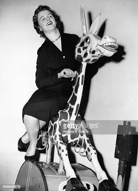 'Gracie la girafe' une nouvelle attraction de la fête foraine à l'Horticultural Hall à Westminster Londres RoyaumeUni le 29 janvier 1957