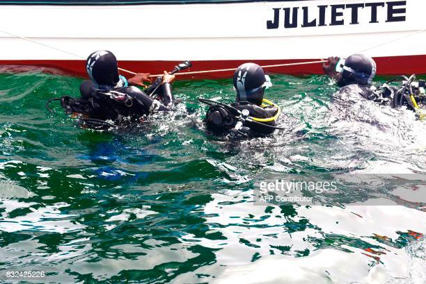 Graduate students from Dakar's Chiekh Anta Diop university dive during a diving expedition to find traces of slave shipwrecks on May 16 2017 off the...