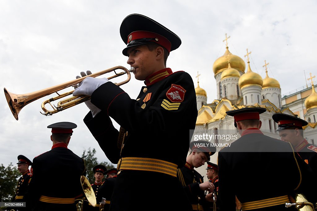Graduates from the Moscow Military Music College practice before performing at their graduation ceremony at Sobornaya Square in Moscow's Kremlin on June 25, 2016. / AFP / VASILY
