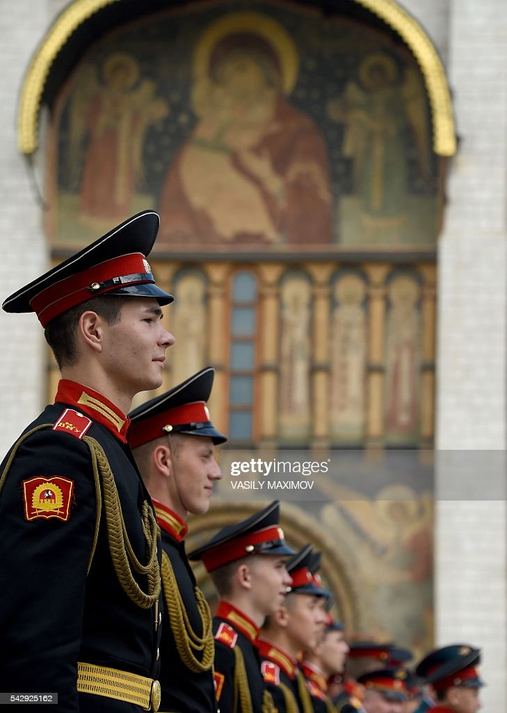 Graduates from the Moscow Military Music College stand in formation during their graduation ceremony at Sobornaya Square in Moscow's Kremlin on June 25, 2016. / AFP / VASILY