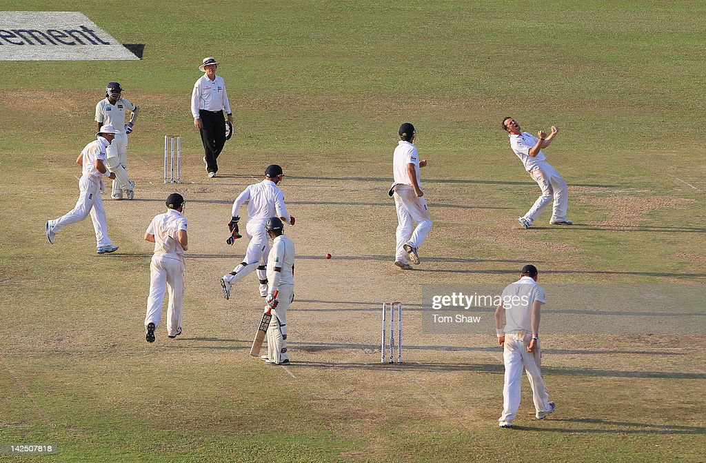 <a gi-track='captionPersonalityLinkClicked' href=/galleries/search?phrase=Graeme+Swann&family=editorial&specificpeople=578767 ng-click='$event.stopPropagation()'>Graeme Swann</a> of England celebrates taking the wicket of <a gi-track='captionPersonalityLinkClicked' href=/galleries/search?phrase=Thilan+Samaraweera&family=editorial&specificpeople=240324 ng-click='$event.stopPropagation()'>Thilan Samaraweera</a> of Sri Lanka during day 4 of the 2nd test match between Sri Lanka and England at the P Sara Stadium on April 6, 2012 in Colombo, Sri Lanka.