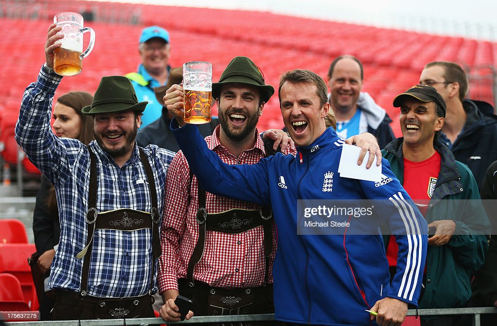 <a gi-track='captionPersonalityLinkClicked' href=/galleries/search?phrase=Graeme+Swann&family=editorial&specificpeople=578767 ng-click='$event.stopPropagation()'>Graeme Swann</a> of England celebrates with fans after England retained the Ashes during day five of the 3rd Investec Ashes Test match between England and Australia at Emirates Old Trafford Cricket Ground on August 5, 2013 in Manchester, England.