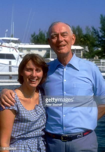 Graf Lennart Bernadotte Ehefrau Gräfin Sonja Bernadotte Urlaub in WestPalmBeach/Florida/USA/Nordamerika Bootssteg im Hintergrund Motoryacht umarmen...