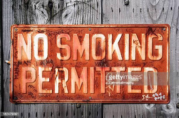 Graffiti coperti non fumare consentito segno sulla parete